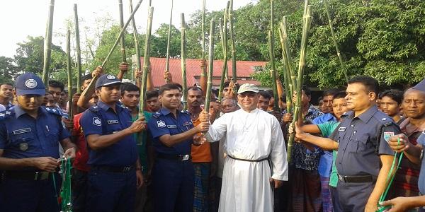 চুয়াডাঙ্গায় গ্রাম প্রতিরক্ষাবাহিনীর হাতে লাঠি