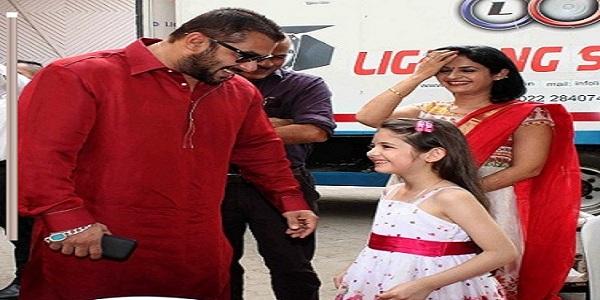 Bollywood child artist Harshaali Malhotra pays a visit to Salman Khan at Mehboob studio in Mumbai, India on November 9, 2015. (Nikesh Gurav/SOLARIS IMAGES)