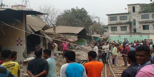 সিরাজগঞ্জ বাজার স্টেশন থেকে অবৈধ স্থাপনা উচ্ছেদ