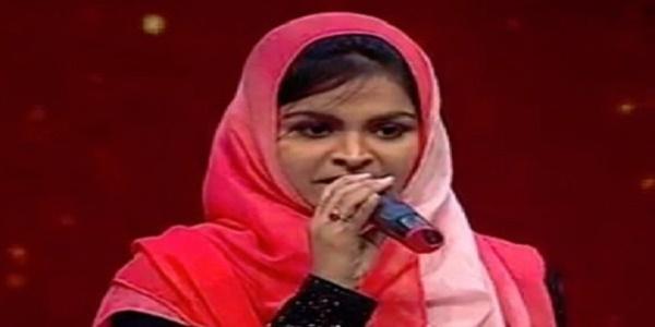 হিন্দু ভক্তিগীতি গেয়ে সমালোচনায় মুসলিম তরুণী