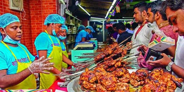 দুপুরেই জমজমাট বেইলি রোডের ইফতার বাজার
