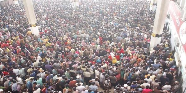 কমলাপুরে টিকিট প্রত্যাশীদের উপচে পড়া ভীড়