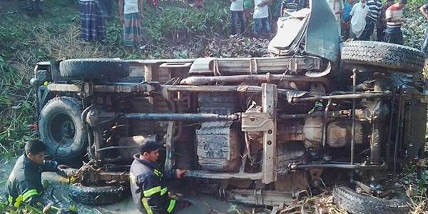 নোয়াখালীতে গাড়ী উল্টে ৩ সেনাসদস্য নিহত