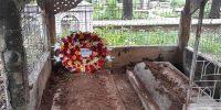 বাবার কবরে চিরনিদ্রায় শায়িত অধ্যাপক আনিসুজ্জামান
